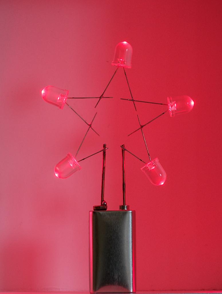 Idee proefjes doen : Maak zelf kerstversiering: een Kerstster met vijf LEDjes