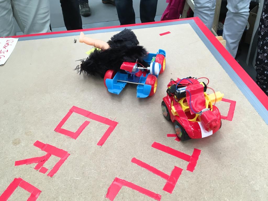 Twee Hebocon robotjes aan het begin van een robot wedstrijd...
